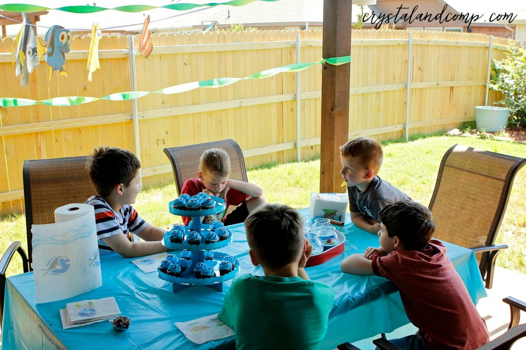 dory party kids outside at the table