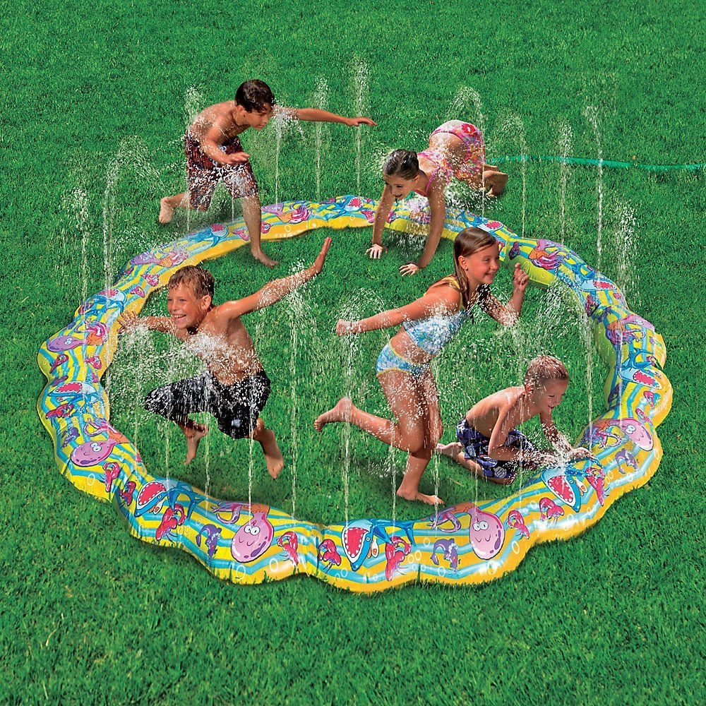 Keep the kids cool with this water fun for Aspersor de jardin